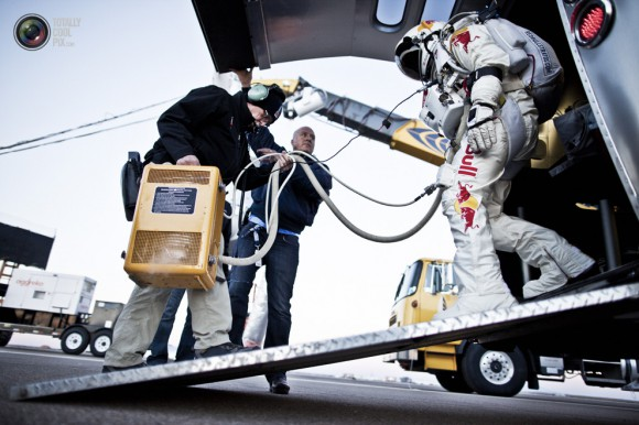 Red-Bull-Stratos-Felix-Baumgartner-Take-off-3-580x386